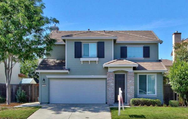 r Roseville Real Estate Agent Kaye Swain shares house for sale in Lincoln California front yd